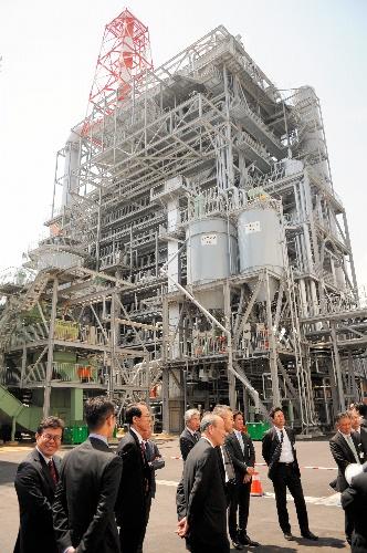 間伐材などを燃料として、宮崎県日南市で稼働する木質バイオマス発電所