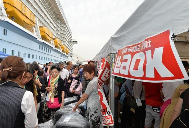 名古屋港に来港した大型クルーズ船の乗客たち=2016年6月、名古屋市港区錦上埠頭