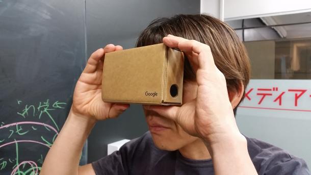 スマートフォンを差し込むだけで仮想現実(VR)を気楽に楽しめるボール紙製の簡易ビューワーも一般的になってきた