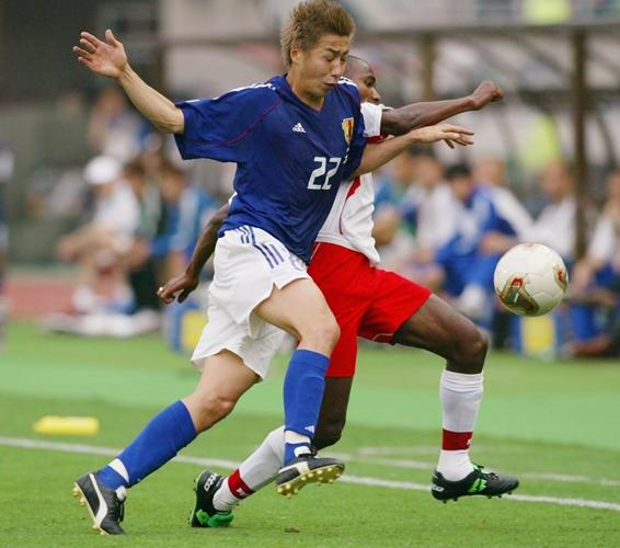 2002年日韓W杯チュニジア戦、厳しいマークで相手にプレッシャーをかける市川大祐=2002年6月14日、大阪・長居スタジアム