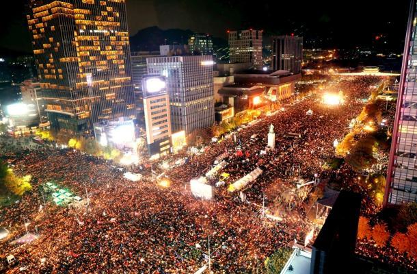 [17]辞めない朴大統領と「謹弔・民主主義」