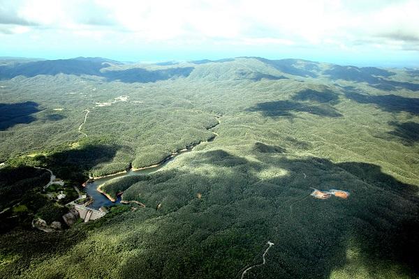 北部訓練場と返還の条件となったヘリパッド(右)=2016年10月24日、沖縄県国頭村、本社機から、森下東樹撮影