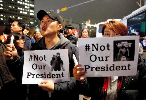 ソウルで19日、朴槿恵大統領の辞任を求める集会に参加した人々=ロイター