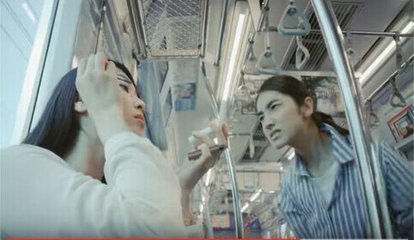 電車で化粧はみっともない? 迷惑?