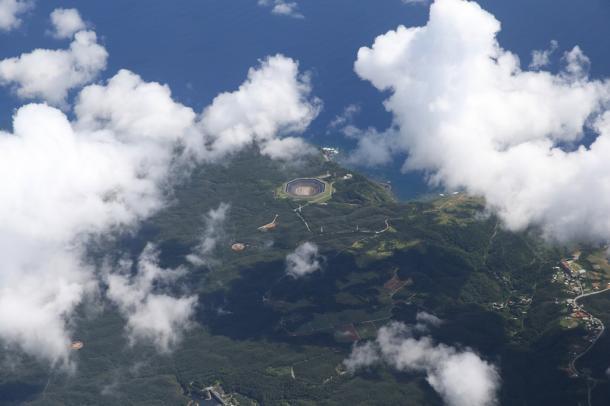 米軍のヘリパット建設工事が進むやんばるの森。ヘリパッド建設が進む(左下N-1、その右上H、右は高江の集落、手前が新川ダム)=沖縄県国頭村、本社機から20161024