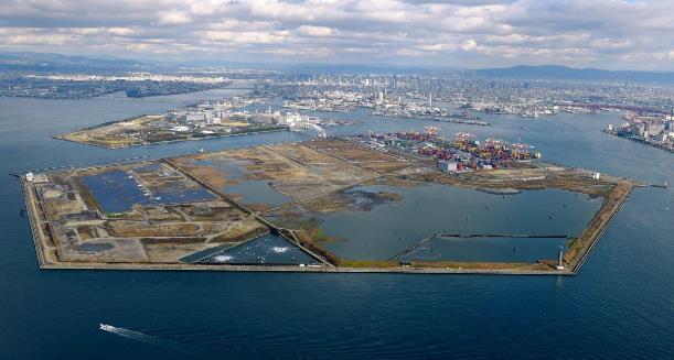 大阪万博とカジノの候補地とされる人工島・夢洲=大阪市此花区、本社ヘリから、筋野健太撮影