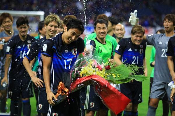 日本代表として100試合目の出場を果たし、チームメートから祝福を受ける長谷部(17)=2016年10月6日、埼玉スタジアム