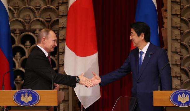 共同記者会見を終え、ロシアのプーチン大統領(左)と握手する安倍晋三首相=16日午後4時25分、首相公邸20161216