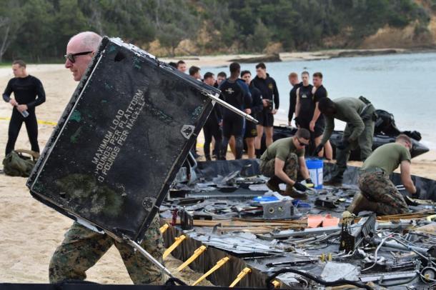 オスプレイが大破した現場付近では、米軍関係者の部品回収作業が続いていた=22日午前8時57分、沖縄県名護市20161222