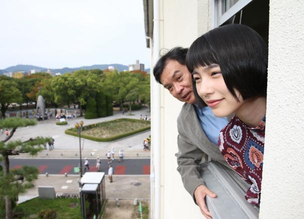 のんさん(右)と片渕須直監督=広島市中区平和記念公園