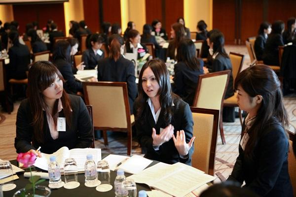 高級ホテルでの企業説明会に参加する女子学生ら。来春入社する内定者(手前中央)らに直接する時間もあった=2007年11月、東京都港区