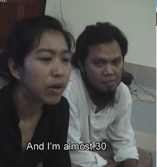 結婚によって仏教からイスラム教に改宗した女性(左)と、その夫=映画「改宗」
