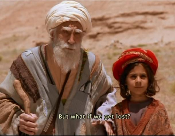 砂漠を旅する目の不自由な老人と孫娘=映画「バーバ アジーズ」