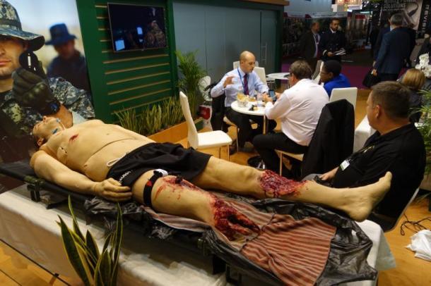 パリで行われた防衛装備見本市、ユーロサトリ2016で米陸軍が展示した応急処置訓練用の人形