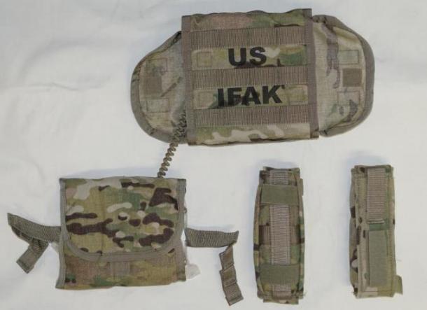 米陸軍のAFAKII.ポーチ内にインナーポーチがあり、コードで本体のポーチと結合している。左右両方からでも引き出してしようできる。止血帯ボーチ2個は独立しており、縦横どちらでもモールに装着可能だ