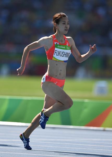 リオデジャネイロ五輪の陸上女子200メートル予選で走る福島千里=2016年8月15日