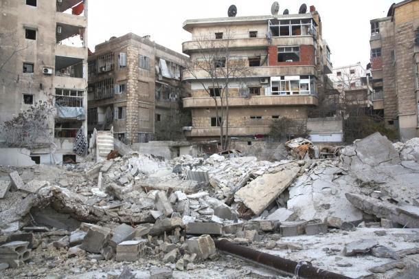 政権軍と反体制派が最後まで戦闘を続けたザブディーヤ地区。空爆とみられる爆撃で建物が激しく崩壊していた=11日午後、アレッポ20170113