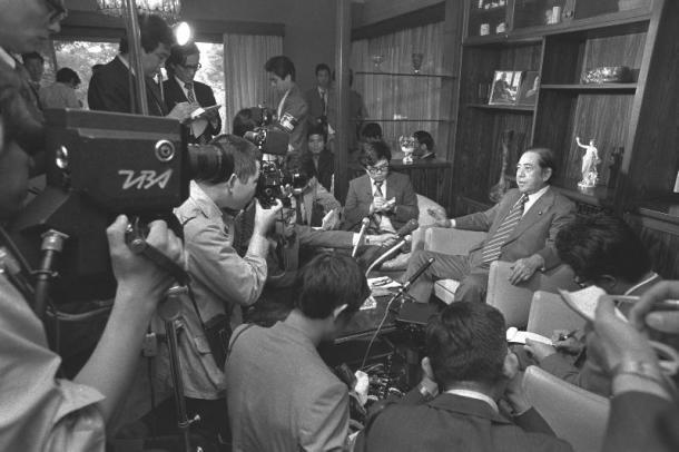 佐藤栄作前首相とアイルランドのショーン・マクブライド元外相の両氏に贈られると発表した。写真は詰めかけた報道陣を前に、喜びの記者会見をする佐藤氏