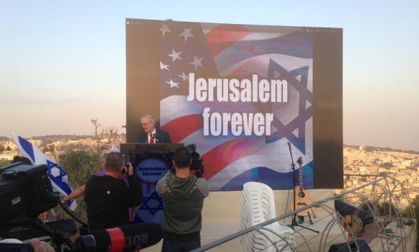 エルサレムでイスラエルのトランプ陣営の集会が開かれ、支持を呼びかける幹部(中央)=10月26日、ジブ・ハレビ撮影