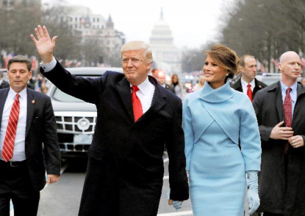 ワシントンで1月20日、就任パレードで手を振るトランプ米大統領とメラニア夫人=ロイター
