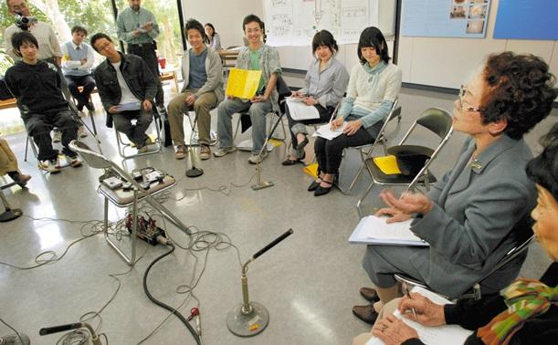 沖縄戦を語り継ぐ「虹の会」の取り組み=2005年3月19日、沖縄県糸満市のひめゆり平和祈念資料館