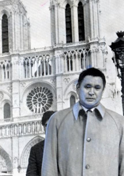 ノートルダム寺院を背にする哲学者の森有正さん=パリ