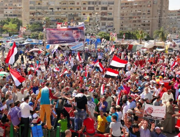 カイロ東部ナスルシティーでデモを続けるムルシ氏支持者やムスリム同胞団員ら2013年8月