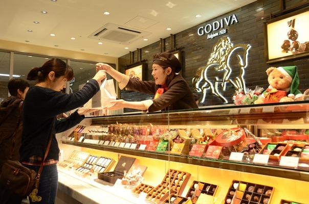 唯一の空白県に出店したゴディバ鳥取店でチョコレートを買い求める客たち=2014年11月21日、鳥取市東品治町