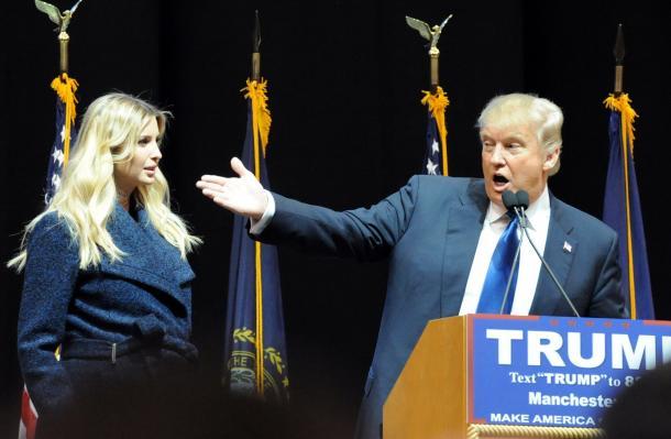 ニューハンプシャー州の予備選前日、5千人以上が集まった会場で演説するトランプ氏と長女イバンカさん=2016年2月、米マンチェスター
