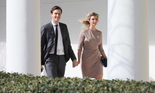 手をつないでホワイトハウスを移動する、トランプ米大統領の長女イバンカさん(右)と、夫で大統領上級顧問のジャレッド・クシュナー氏=2017年2月、米ワシントン