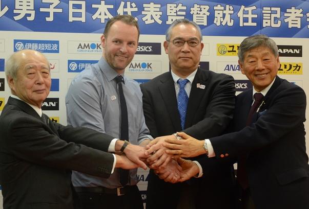 日本ハンドボール協会幹部と握手するダグル・シグルドソン監督(左から2人目)=2017年2月13日、東京都渋谷区