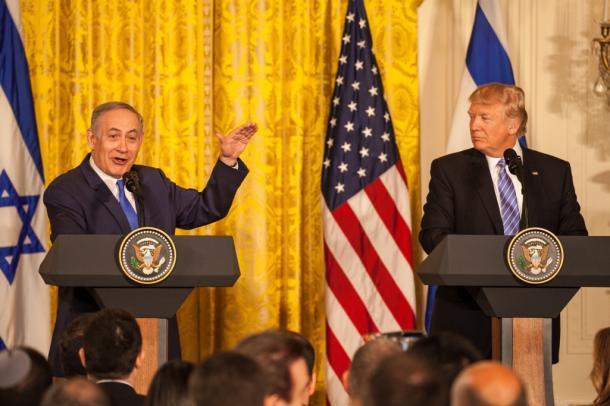 米ホワイトハウスで15日、共同会見をするトランプ米大統領(右)とイスラエルのネタニヤフ首相=ワシントン、ランハム裕子撮影 20170215