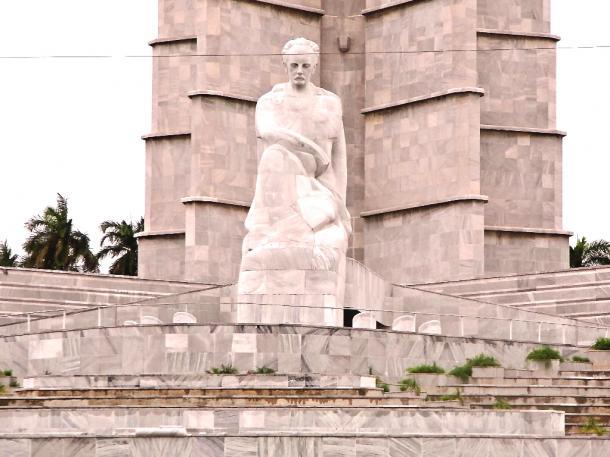 革命記念日の集会では、カストロはこの像の前で演説をした=2016年2月、伊藤撮影
