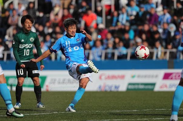 松本戦の後半、シュートを放つ横浜FCの三浦知良(11)=2017年2月26日、横浜市のニッパツ三ツ沢球技場