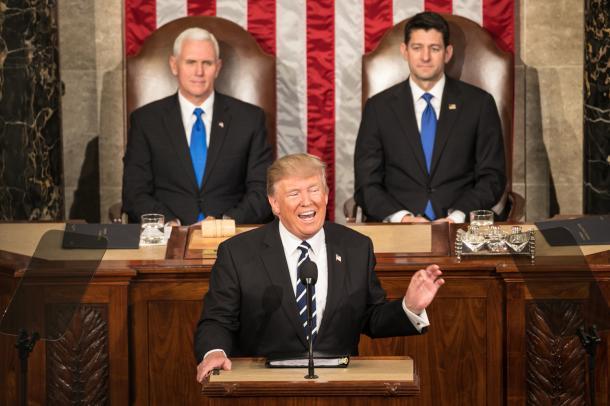 トランプ大統領(手前)の演説を聴くペンス副大統領(左)とライアン下院議長=2月28日、ワシントン、ランハム裕子撮影
