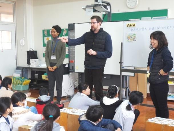 米国人のゲストティーチャーや担任教諭らと英語でやりとりする5年生の児童=福岡市西区の愛宕浜小学校