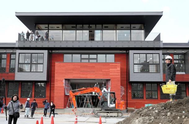 建設が進められている森友学園の「瑞穂の国記念小学院」=9日午後2時31分、大阪府豊中市