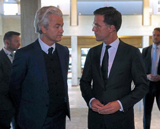 オランダ南部ロッテルダムで3月13日、討論会に出席した自由党のウィルダース党首(左)とルッテ首相=ロイター