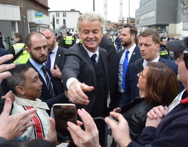 有権者らとの握手に応じるPVVのウィルダース党首=3月11日、オランダ・ヘーレン