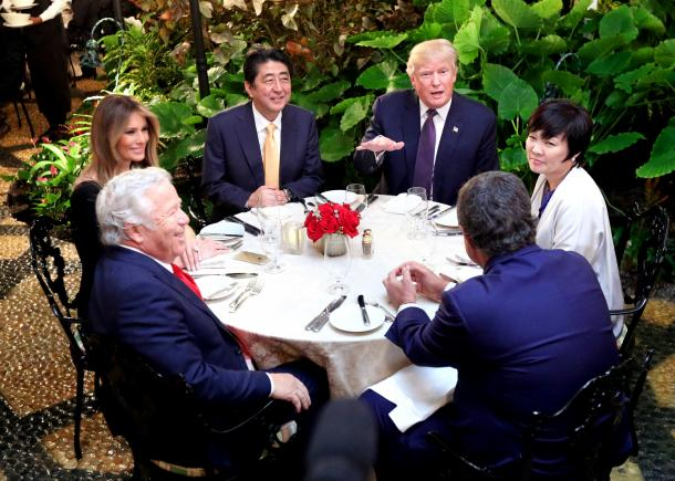 トランプ氏の別荘「マール・ア・ラーゴ」で夕食会に臨むトランプ米大統領(右奥)と安倍晋三首相(左奥)。右端は昭恵夫人、左端はメラニア夫人=2月10日午後、フロリダ州パームビーチ