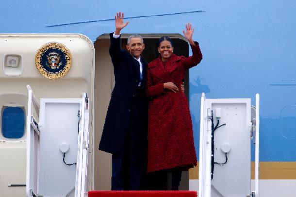 1月20日、米メリーランド州のアンドルーズ空軍基地から飛行機に乗り込む際、ミシェル夫人と手を振るオバマ前大統領=ロイター