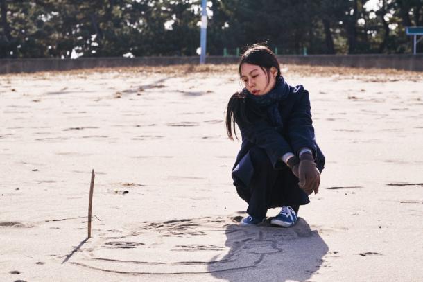 On the Beach at Night Alone© 2017 Jeonwonsa Film Co.