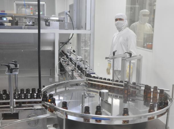 製薬工場のビン詰め工程。衣料品産業に次ぐ躍進が期待される=ダッカ郊外のスクエア製薬本社で