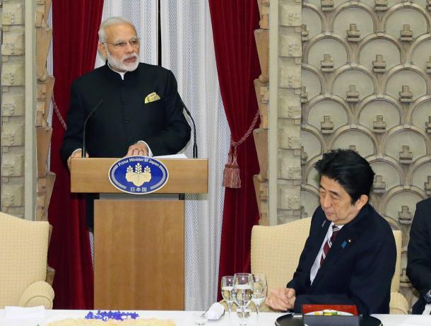 晩餐(ばんさん)会であいさつするインドのモディ首相。右は安倍首相=2016年11月11日午後、首相公邸、代表撮影