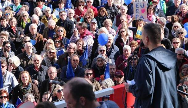 ベルリン中心部の広場で開かれた「親欧州」を掲げる集会の様子=3月