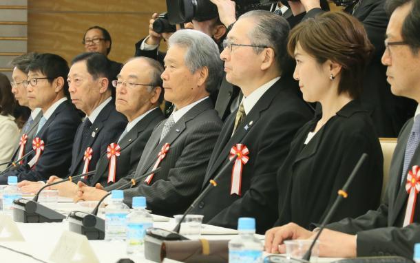 働き方改革実現会議に臨む、連合の神津里季生会長(右から3人目)、経団連の榊原定征会長(同4人目)ら=3月28日午後、首相官邸