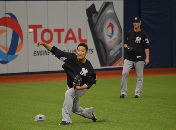 開幕登板を翌日に控えキャッチボールをするヤンキースの田中将大=2017年4月1日、米フロリダ州