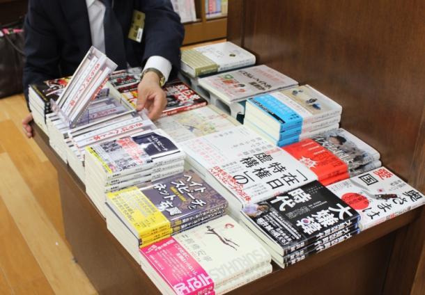 「反ヘイト本」のコーナーに本を並べるジュンク堂書店難波店「反ヘイト本」のコーナーに本を並べるジュンク堂書店難波店