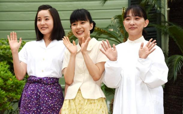 蓮佛(れん・ぶつ)美沙子さん、芳根京子さん、谷村美月さん=神戸市