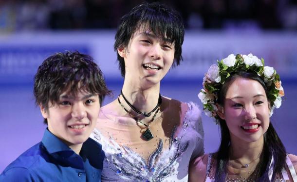 エキシビションを終え、記念撮影する(左から)宇野昌磨、羽生結弦、三原舞依